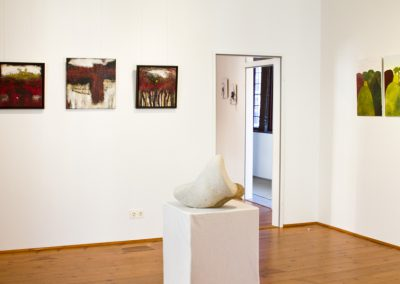 Arbeiten: Constanze Straub (Wand links), Jessica Kulp (Raum hinten), Lutz Wiedemann, Objekt