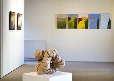 Arbeiten: Constanze Straub (linke Wand), Jessica Kulp (Wand vorn), Lutz Wiedemann (Skulptur)
